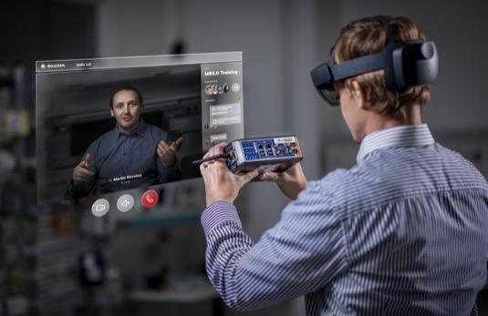 Brýle s rozšířenou realitou promítají hologramy technických příruček a kontrolních seznamů technikům přímo do jejich zorného pole