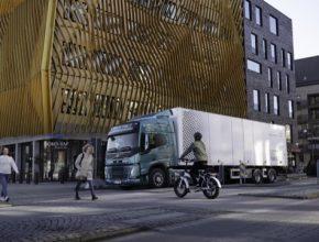 Výstraha navržená společností Volvo zvýší bezpečnost tím, že chodce, cyklisty a další uživatele silničního provozu upozorní na blížící se nákladní vozidlo, které by jinak nebylo téměř slyšet. Zároveň jsou zvuky navrženy tak, aby byly příjemné a nenápadné, a to jak pro řidiče, tak pro ostatní v blízkosti vozidla.
