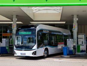 Autobus Elec City Fuel Cell ujede 500 km na jednu náplň palivových nádrží a díky nejvyššímu výkonu 180 kW si snadno poradí i s kopcovitým terénem