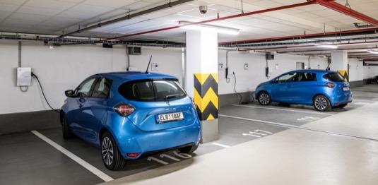 Elektromobily Renault Zoe se nabíjejí u nabíjecích stanic