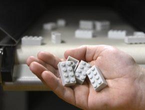 Z jediné litrové PET láhve může vzniknout až deset kostek LEGO. Prototypy jsou zatím bezbarvé, resp. bílo-šedé. Barvu by měly získat zhruba do roka.