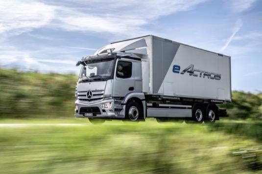 Nový plně elektrický náklaďák Mercedes-Benz eActros nabídne dojezd až 400 kilometrů, sady akumulátorů mají kapacitu 420 kWh