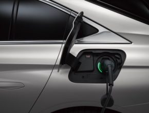 Skupina Zegna v rámci podpory ekologických vozidel nainstaluje ve svých kancelářských budovách a provozech dobíjecí stanice a nabídne svým zaměstnancům smlouvy na pronájem hybridních a 100% elektrických automobilů za atraktivních podmínek včetně palivových a dobíjecích karet. Zaměstnanci budou mít rovněž možnost absolvovat testovací jízdy elektromobilem a získat tipy v oblasti ekologické jízdy a spotřeby paliva.