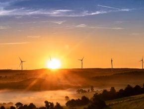 Nové podmínky také umožní sdílet elektřinu mezi občany, kteří vytvoří energetické společenství. Navíc k předávání elektřiny budou moci využívat veřejné distribuční sítě za snížený poplatek, tzv. místní tarif a takto sdílená elektřina bude také osvobozena od daně z elektřiny.