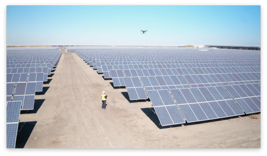 Dron kontroluje velkou fotovoltaickou solární elektrárnu