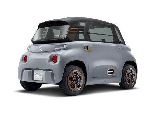 Citroën letos v létě slaví první výročí modelu Ami. Rok od chvíle, kdy se zapojil do oblasti snadné, hbité, dostupné, bezpečné a pohodlné elektromobility s dvoumístným vozem jedinečného charakteru. Citroën s modelem Ami vstoupil na nové území a přinesl moderní odpověď na měnící se svět.