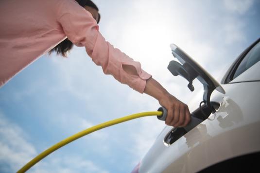 Čechy zatím od nákupu elektromobilu odrazuje vysoká pořizovací cena a řídká síť dobíjecích stanic.
