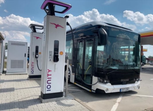 Elektrická verze autobusu Scania Citywide u nabíjecí stanice Ionity