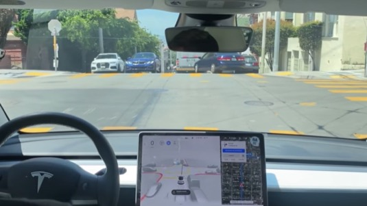 auto Tesla Model 3 elektromobil FSD Beta v9 řízení robotické