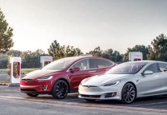 auto elektromobil Tesla Model S a Tesla Model X se nabíjejí u nabíjecí stanice Tesla Supercharger