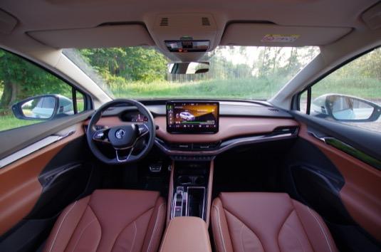 Uvnitř elektromobilu Škoda Enyaq iV na vás čekají všechny moderní vychytávky. Infotainment by mohl mít ještě trochu lepší odezvu, ale není to nic hrozného. Škoda Auto navíc slibuje OTA updaty - vzdálené updaty softwaru. Pro první update, který toto umožní, si ale ještě budou muset zajet do servisu.