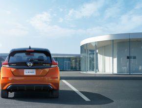 Elektromobil Nissan Leaf se nabíjí u nabíjecí stanice v Japonsku