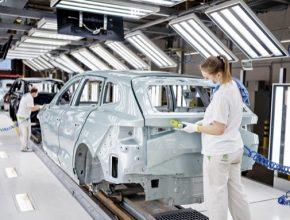 Z výrobní linky v hlavním závodě společnosti ŠKODA AUTO v Mladé Boleslavi dnes sjel stotisící elektrifikovaný vůz řady iV: ŠKODA ENYAQ iV. Automobilka vyrábí další dva elektrifikované modely: plug-in hybridy SUPERB iV a OCTAVIA iV.