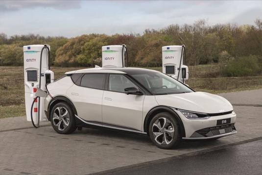 Elektromobil Kia EV6 u nabíjecí stanice Ionity
