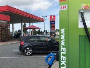 """U rychlodobíjecích stanic ČEZ v síti Benzina ORLEN loni řidiči zastavili k """"natankování"""" ekologické elektřiny 13 439krát a odebrali 224 818 kWh."""