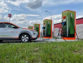 Rychlonabíjecí stanice ČEZ nově po obou stranách dálnice D5 u čerpacích stanic Benzina ORLEN na 83. kilometru.