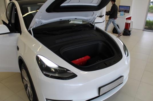 Hlavní výhodou Modelu Y proti Modelu 3 je mnohem více zavazadlového prostoru. Nejen vpředu, tedy pověstný frunk, ale hlavně vzadu. Po sklopení sedadel to může být až 1869 litrů.
