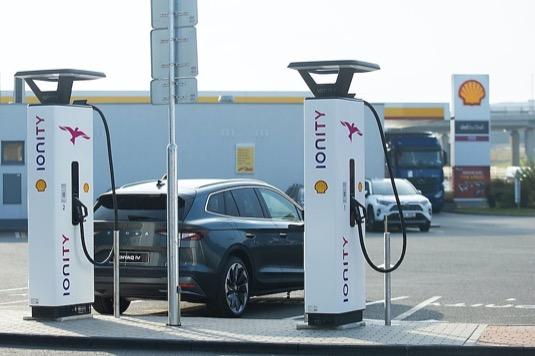 auto elektromobily nabíjecí stanice Ionity u čerpací stanice Shell
