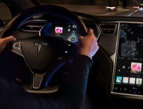 John Carmack zatím v Tesle nepracuje oficiálně, ale spolupracuje s ní na dobrovolné bázi. Možná je to ale první krok k vážnější spolupráci. Carmack se totiž dnes intenzivně zabývá vývojem obecné umělé inteligence (AGI - Artificial General Intelligence). Musk nedávno uspořádal AI Day, na kterém oznámil, že Tesla vyvíjí vlastního humanoidního robota vybaveného umělou inteligencí.