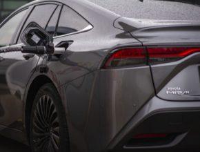 Vodíkové auto Toyota Mirai při čerpání vodíku do nádrže