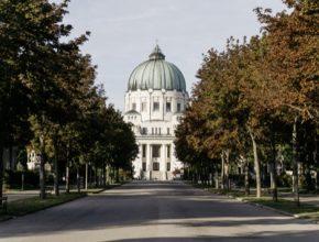 Vídeňský ústřední hřbitov je nejen druhým největším hřbitovem v Evropě, ale i magickým místem, kde svůj poslední odpočinek našly známé osobnosti jako Beethoven, Brahms, Schubert nebo Falco.