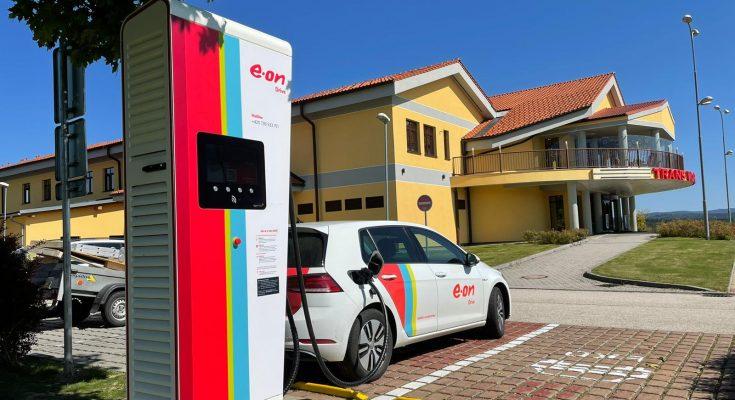 Na konci minulého týdne společnost E.ON Energie spustila rychlodobíjecí stanici na důležitém místě poblíž hraničního přechodu s Rakouskem v Dolním Dvořišti. foto: E.ON