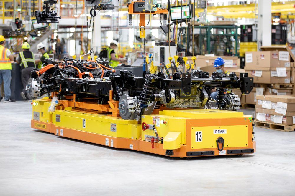 V současné době má Ford na elektromobil F-150 Lightning údajně 150 000 objednávek. Na fotce je vidět podvozek na robotickém vozíku. foto: Ford