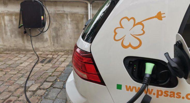 Nabíjení elektromobilu Volkswagen e-Golf na nabíjecí stanici Pražských služeb. foto: Pražské služby