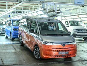 Volkswagen Multivan nově přijíždí také ve verzi plug-in hybrid. V továrně v Hannoveru se příští rok začne vyrábět také elektrická dodávka ID. Buzz. foto: