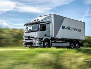 Elektromobil - elektrický náklaďák - Mercedes-Benz eActros. Novou montážní linku společně otevřely Daniela Schmittová, ministryně hospodářství a dopravy spolkové země Porýní-Falc, a Karin Rådströmová, členka představenstva společnosti Daimler Truck AG, odpovědná za Mercedes-Benz Trucks