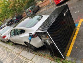 Služba NimBee nabíjí elektromobil Tesla Model 3. foto: NimBee
