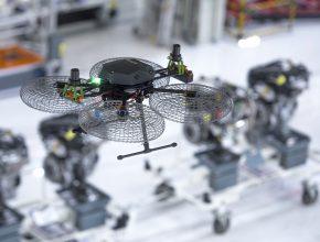 Ve výrobní hale 9 závodu Martorell létá nad montážními linkami dron. foto: Seat