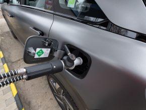 Plnění paliva do auta na vodík u vodíkové čerpací stanice. foto: HYTEP