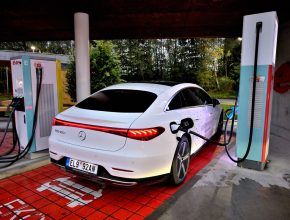 Elektromobil Mercedes-Benz EQS u nabíjecí stanice. foto: Mercedes-Benz