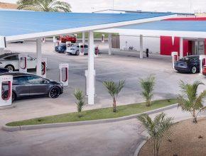 Velká nabíjecí stanice Tesla Supercharger v Kanadě s desítkami stojanů a solárními fotovoltaickými panely. foto: